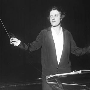 Kapellimestari Antonia Brico johtaa orkesteria Berliinin Filharmoniassa v. 1930.