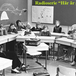 Skolklass lyssnar på ljudband, 1976