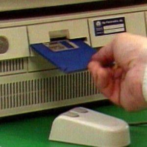 En diskett insättes i en dator, Yle 1997