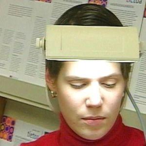 Kvinna provar dagsljuslampa, Yle 2000
