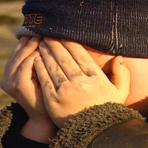 Pojke med händerna för ansiktet, Yle 2004