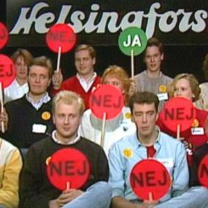 Bild på paneldeltagare i Rådslaget som håller upp JA eller NEJ skyltar
