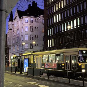 Raitiovaunu kadulla öiseen aikaan