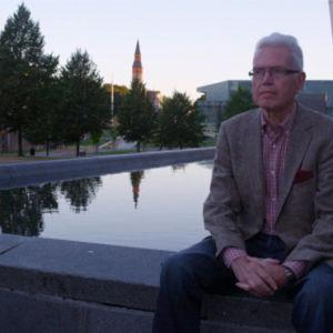Mies istuu Kiasman altaalla