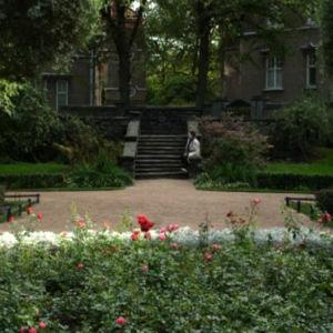Kaksi naista istuu Eiran puistossa