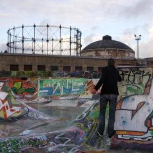Mies maalaa graffiteja skeittipuistossa Kalasatamassa