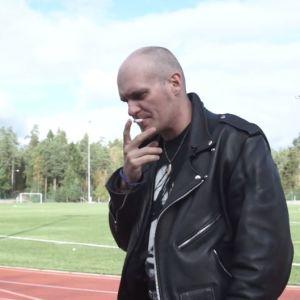 lasse grönroos röker cigarett på en löpbana