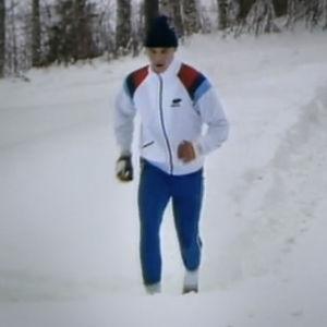 Man joggar i ett snölandskap