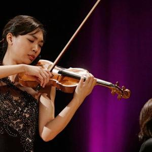 Nancy Zhoun pianistina Sibelius-viulukilpailussa 2015 on ollut Naoko Ichihashi.