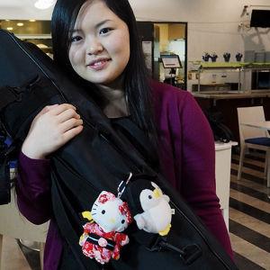 Minami Yoshidalla on japanilaisten teinityttöjen tapaan omat suosikkipehmohahmot. (Sibelius-viulukilpailu 2015)