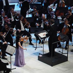 Minami Yoshida soittaa Sibeliuksen viulukonserttoa, Helsingin kaupunginorkesteria johtaa John Storgårds.