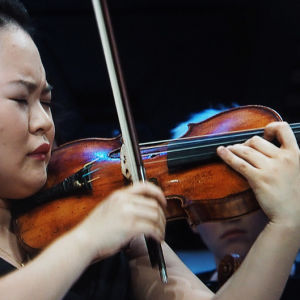 Minami Yoshida soittaa Sibeliuksen viulukonserttoa.