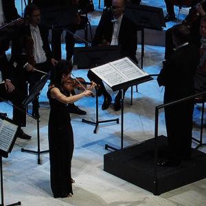 Christel Lee soittaa Bartókin viulukonserttoa Sibelius-viulukilpailun toisessa finaalissa 2.12.2015.