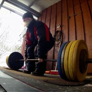 Esko Ketola nostaa 71-vuotiaana maasta 200 kiloa.