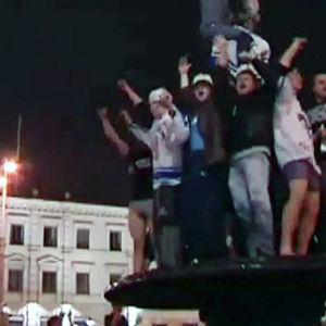Kiekkofanit juhlivat Mantan patsaalla jääkiekon maailmanmestaruutta 2011.