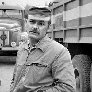 Paavo Pentikäinen autoilijana tv-elokuvassa Hiekkakuningas (1972).
