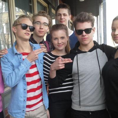 Carolina, Trolle, Julius, Christa, Emil, Frans och Dora går i klass 9 F i St Olofsskolan i Åbo.