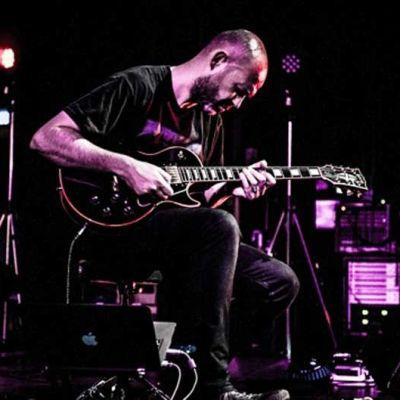 Mies ja kitara konserttilavalla, keinovalaistus