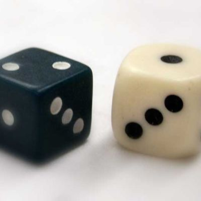 kaksi arpakuutiota, musta ja valkoinen