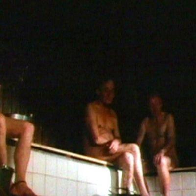 Män som badar bastu