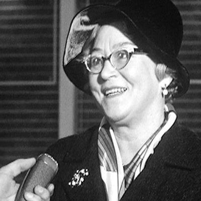 En äldre kvinna som blir intervjuad