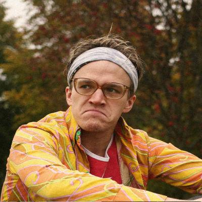 Alfred Backa i färgrann 60-talsskjorta med glasögon.
