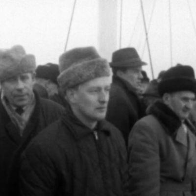 Män på väg till Jussarö, 1965