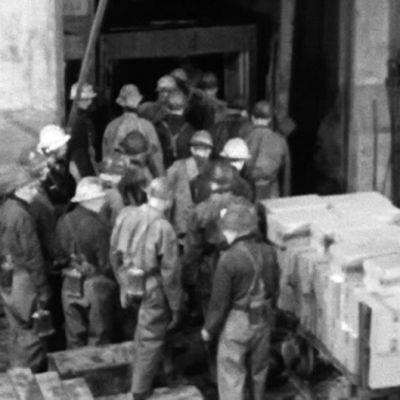 Män går in i hissen vid jussarö gruva, 1965