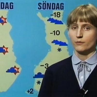 Meteorolog Liisa Fredrikson vid en väderkarta