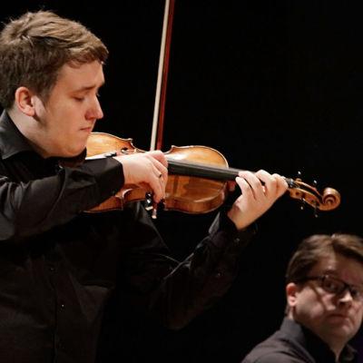 Viulisti Pekko Pulakka ja pianisti Mikael Kemppainen Sibelius-viulukilpailussa 2015.