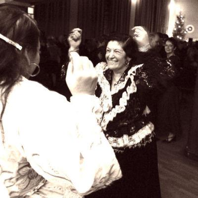 Romaninaiset tanssivat.