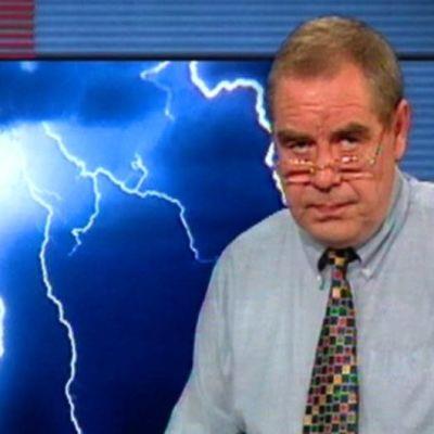 Kristofer Gylling i tv-studion framför åskväderbild, 1994