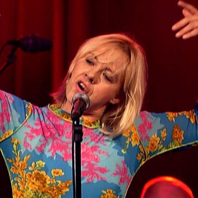 Marjo Leinonen laulaa