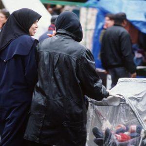 Kaksi naista kadulla