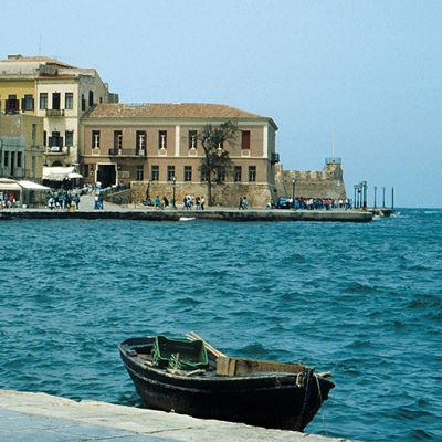 en båt i en hamn