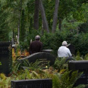 Nainen ja mies Kivinokan hautausmaalla