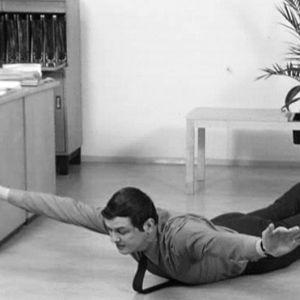 En man gör gymnastiska övningar.