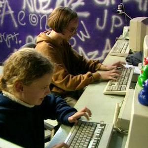Flickor vid datorer, Yle 1997