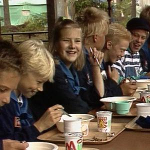 Barn som äter och skrattar