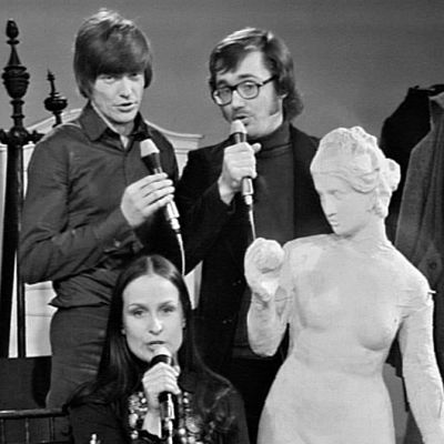Sinikka Sokka, Toni Edelmann och Tom Wentzel sjunger visor.