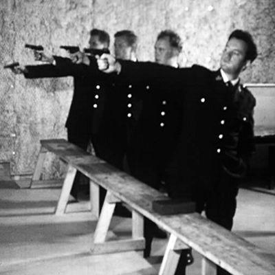 Poliser har en skjutövning på gång.1963