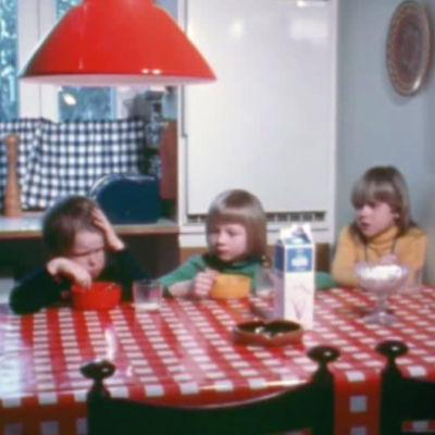 Barn som sitter vid matbordet
