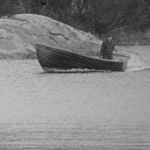 Kalastaja veneilee saaristossa