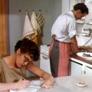 Mies tiskaa, vaimo pitää tilikirjaa (1958).