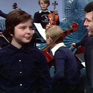 Kapellimestari Sakari Oramo katsoo Arto Nyberg -ohjelmassa 2005 otetta itsestään Viuluviikarit musiikkimaassa -ohjelmassa 1979