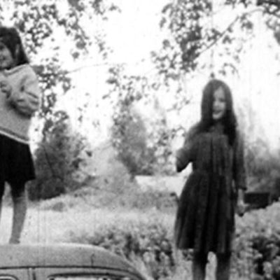 Romska barn leker och spelar på en bil ur programmet Av annan sort: zigenare 1967
