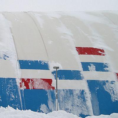 Junkohallin katto on hieman notkolla lumen painosta juuri ennen romahdusta.