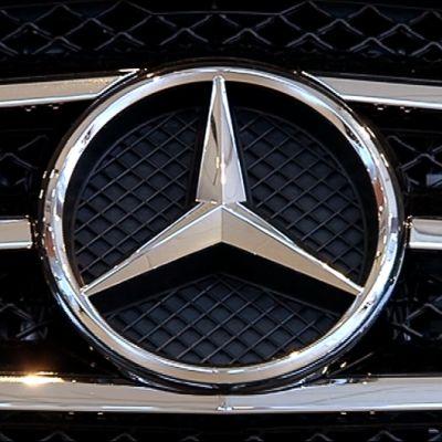 Mercedes-Benzin tunnus auton maskissa
