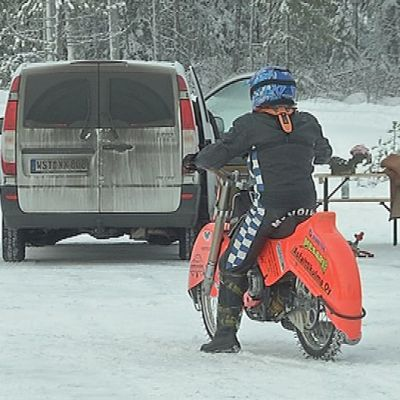 Moottoripyöräilijä lähdössä jäälle.