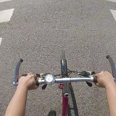 Henkilö ajamassa polkupyörällä.